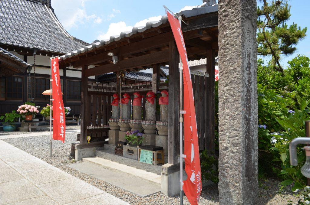 金泉寺境内にある六地蔵